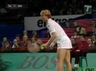 Boris Becker s'apprête à servir sa balle de match face à Stefan Edberg, pour une victoire facile (6-2 6-2 6-4). Quiz : Les deux hommes s'étaient déjà rencontrés à peine un mois plus tôt en finale du Masters au Madison Square Garden : qui s'était imposé ?