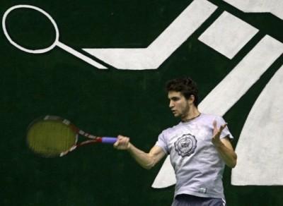 Gilou à l'entraînement. Le pictogramme derrière lui semble nettement plus vif (et il tient mieux sa raquette).