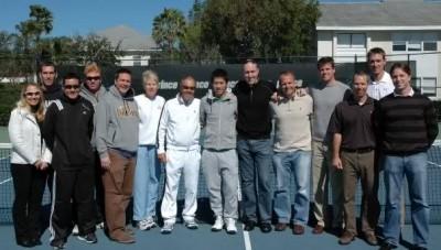 On vous présente dans le désordre le coach principal, le coach personnel, les coachs supplétifs, les préparateurs physiques, docteurs, psychologue du sport, nutritionnistes, physio, prof de yoga, cordeurs, profs, psys et traducteurs (en plus des 3 japonais déjà cités)