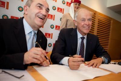 Jean Gachassin et Tim Clark signent le partenariat en salle de presse de Roland (photo DR)