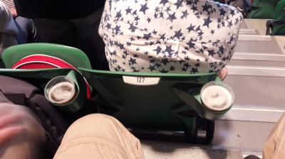 Les sièges sont équipés de quoi tenir le verre (important de s'hydrater, on vous dit!!!)